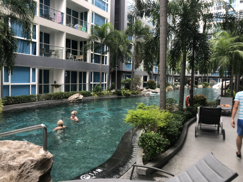 パタヤでの宿泊② ラブホのようなセンタラ アズール ホテル パタヤ (Centara Azure Hotel Pattaya)のプールなど
