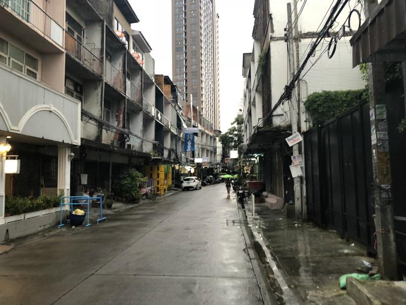 バンコクへ到着の一日目は、大勝軒でつけ麺を食べて天国への階段を駆けあがる。