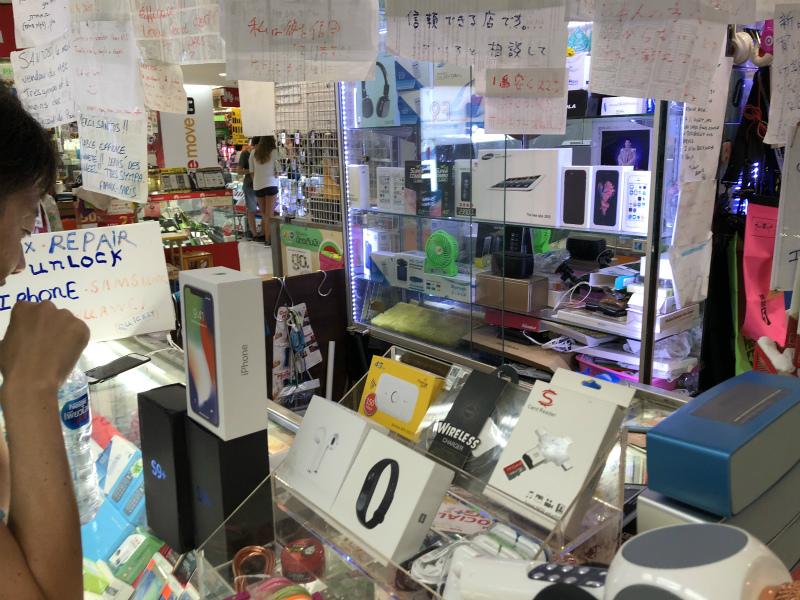 バンコク2日目は、MBKのフードコートで昼食とスーパー偽物のiPhoneを購入する