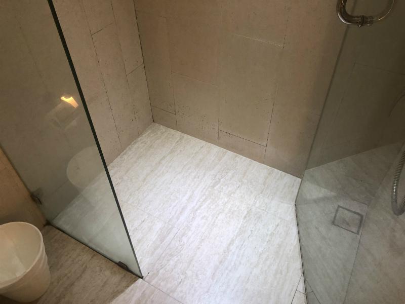 セヴン ジー チック ホテル (Seven Zea Chic Hotel) 洗面とシャワールームとトイレ