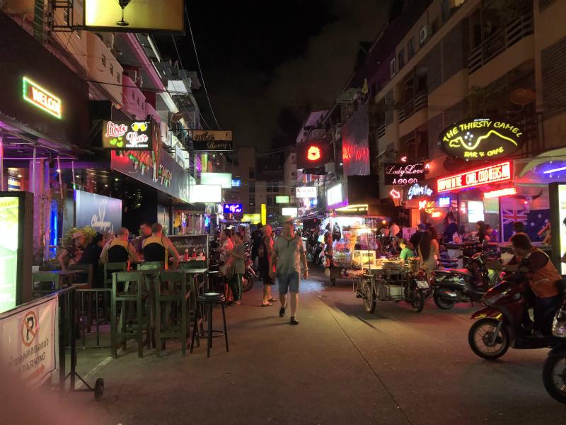 パタヤでの夜遊び LKメトロのゴーゴーバーに向かいます
