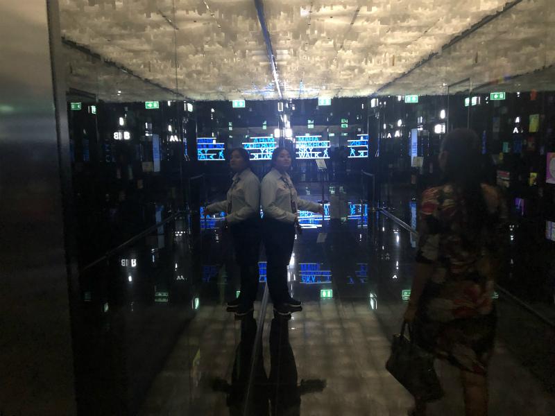 マハナコーンタワーの上昇するエレベーター