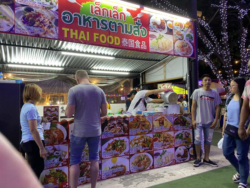 パタヤのナイトマーケットとTree Town Pattayaでの夕食